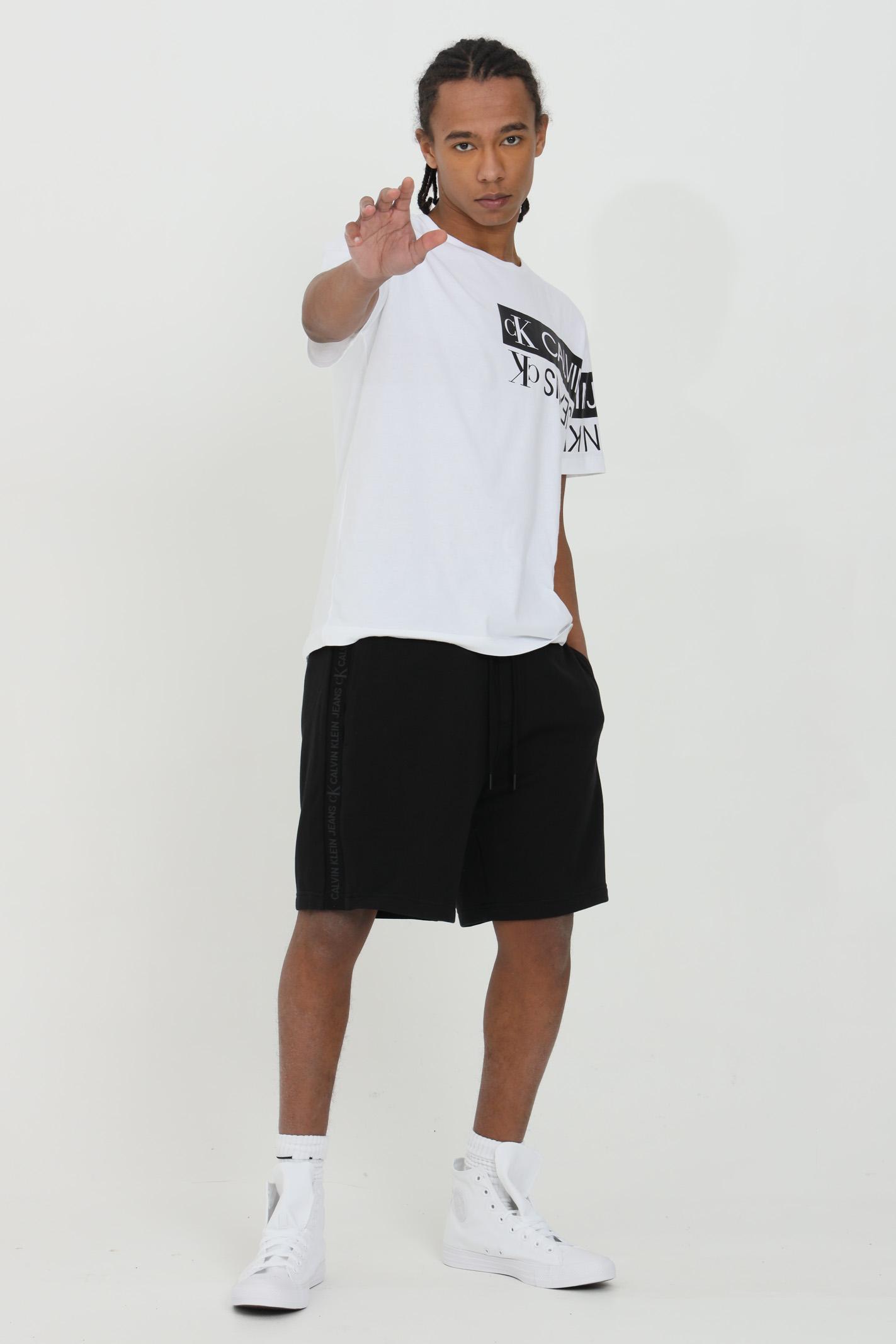 Shorts uomo nero calvin klein casual con logo laterale in cotone biologico. Tasche anteriori e tasca posteriore profilata. Logo Calvin Klein in maglia a intarsio sulle cuciture laterali CALVIN KLEIN | Shorts | J30J317377BEH
