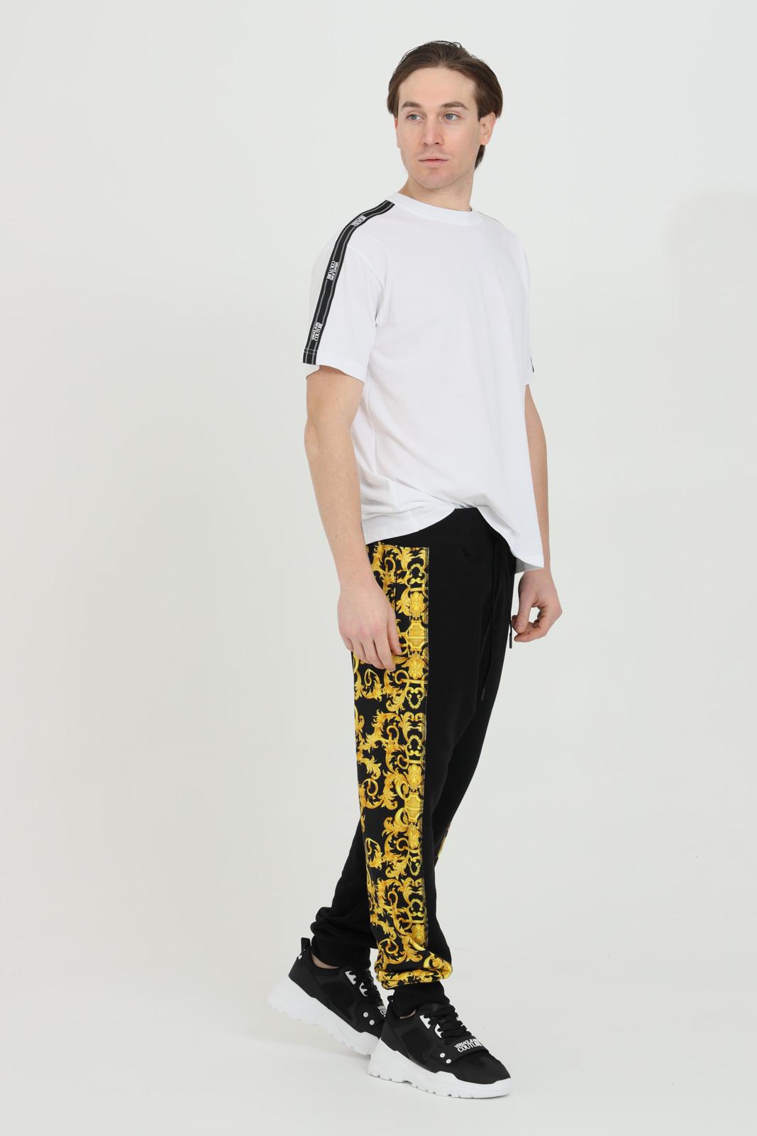 Pantalone uomo nero Versace Jeans Couture casual con molla in vita e stampa barocca laterale VERSACE JEANS COUTURE   Pantaloni   A2GWA1F9S0156899